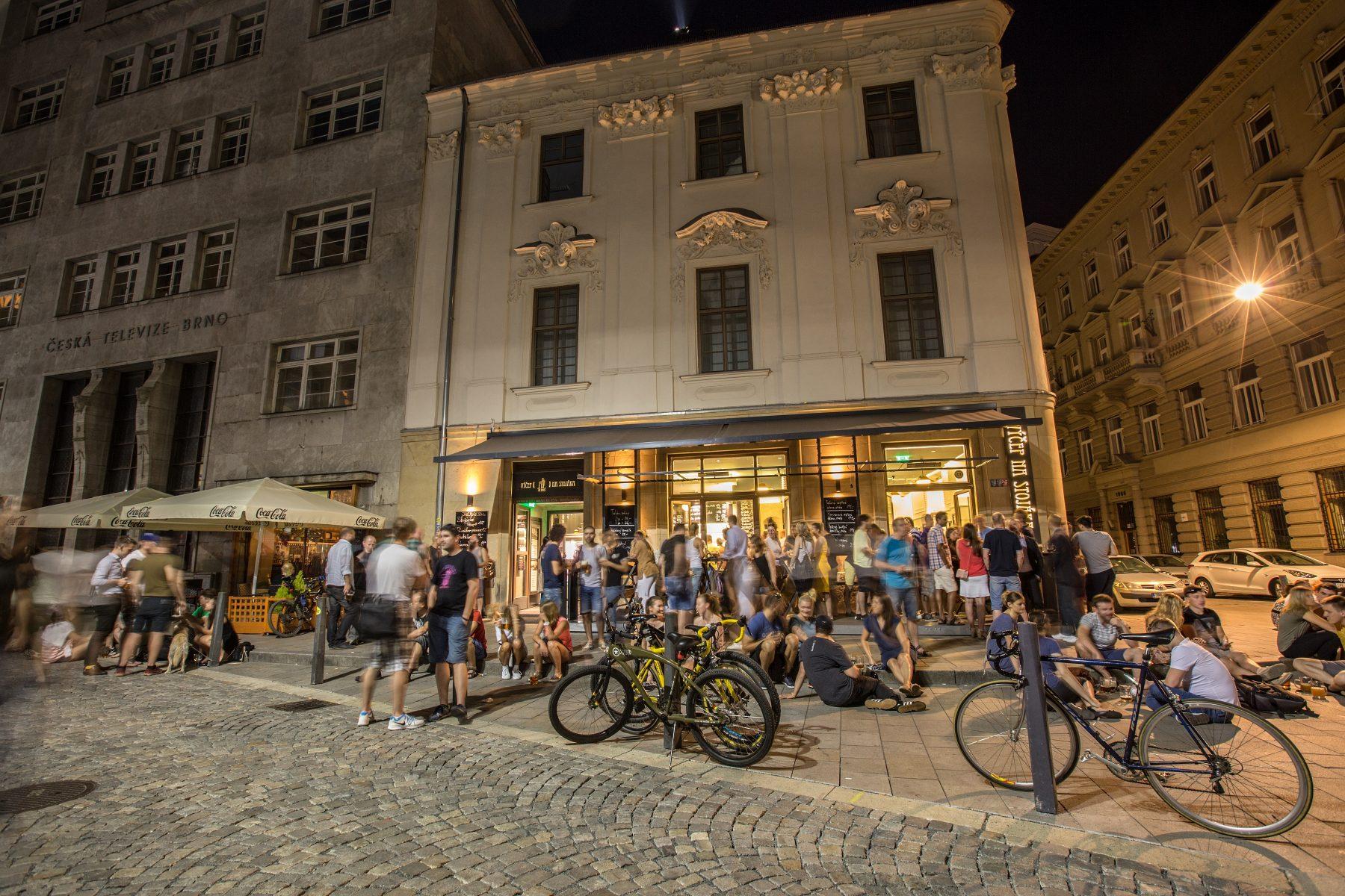 Výčep Na stojáka. Jakubské náměstí v Brně. Noční život.