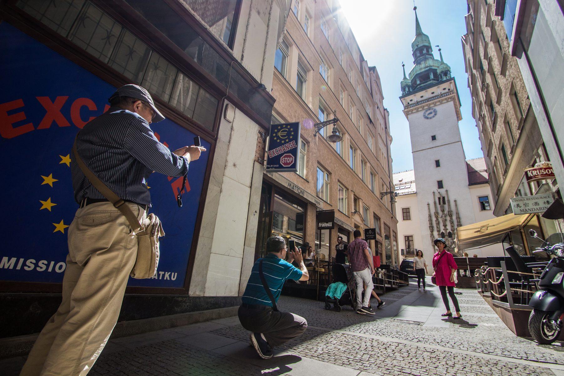 Stará radnice v Brně a turisté z Japonska