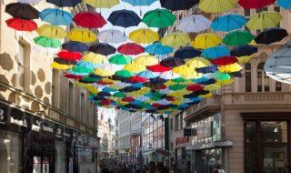 ulice Česká v Brně deštníky