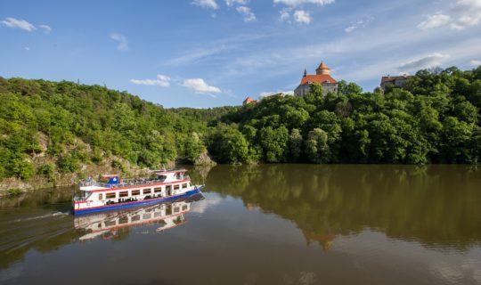 lodní doprava na Brněnské přehradě a hrad Veveří v Brně