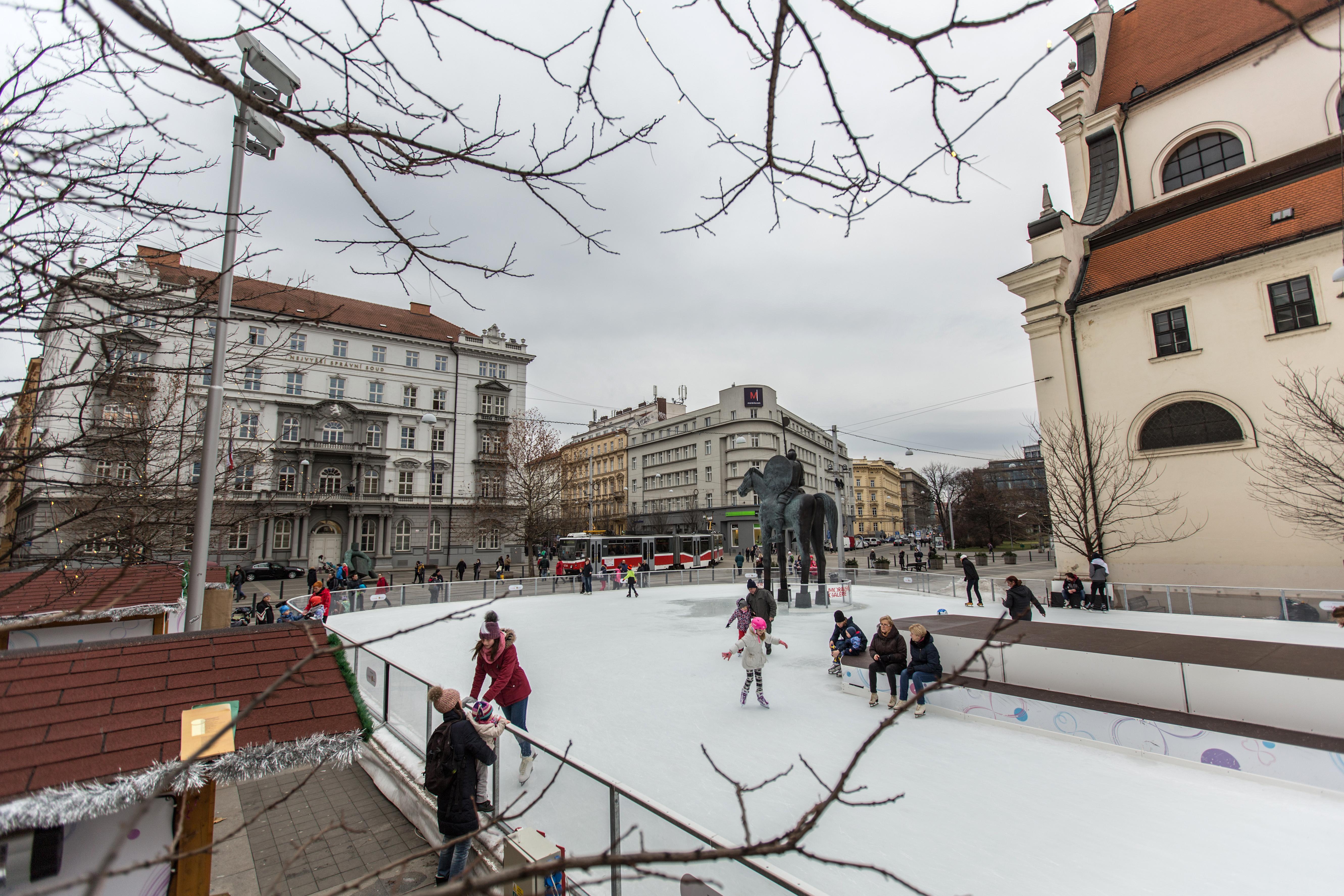 Brno, MOravské nám., bruslení, kluziště