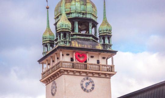 Valentýn s hlavou v oblacích na věži Staré radnice