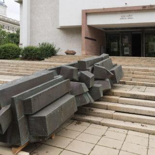 Instalace objektu Sylvy Lacinové před Domem umění