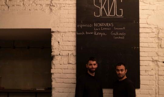SKØG - majitel Peter Kollár a herec Roman Blumaier