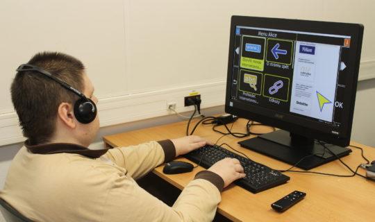 Zrakově postižený uživatel při práci s programem Guide