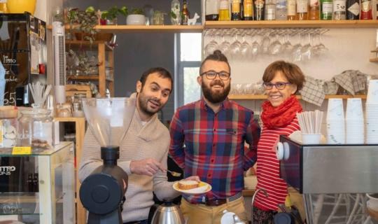 Herec Roman Blumaier, Tomáš Niederle a Kateřina Olivová během natáčení podcastu