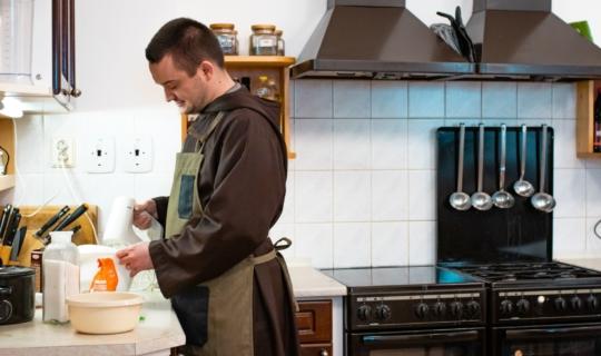 Bratr Cyril při své oblíbené činnosti (vaření), (c) Františka Foto