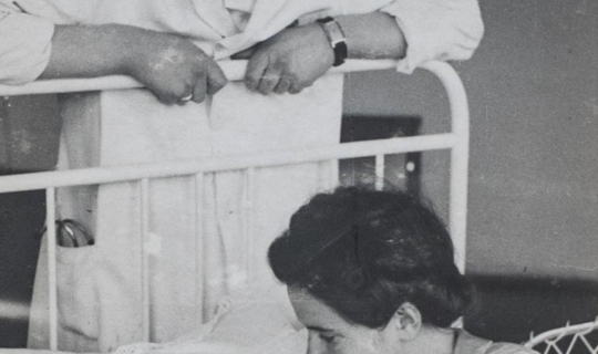 MUDr. Milan Navrátil, jeho manželka Jarmila a novorozená dcera Hana. Archiv Ing. Františka Navrátila, úprava JR