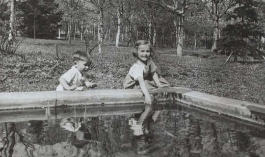 Dvě starší děti MUDr. Milana Navrátila, Hana a Jan, při hrách v zahradě sanatoria. Archiv Ing. Františka Navrátila, úprava JR