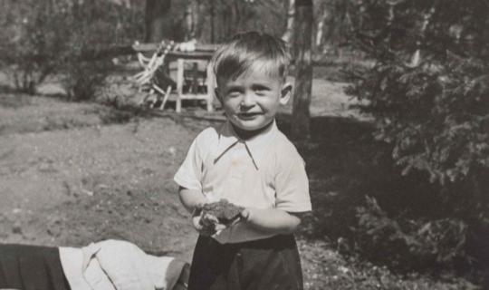 Štastné dny na zahradě sanatoria. Jeden ze synů MUDr. Milana Navrátila, Jan. Archiv Ing. Františka Navrátila, úprava JR