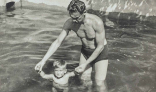 MUDr. Milan Navrátil v bazéně na zahradě sanatoria se synem Janem. Archiv Ing. Františka Navrátila, úprava JR