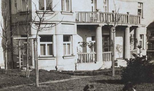 Zadní vchod s balkonem (v prvním patře rodinný byt). Archiv Ing. Františka Navrátila, úprava JR.