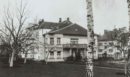 Pohled ze zahrady, zadní vchod. Archiv Ing. Františka Navrátila, úprava JR