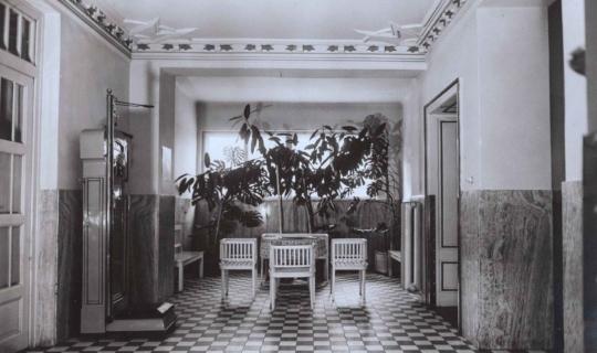 Vstupní hala (zadního vchodu). Archiv Ing. Františka Navrátila, úprava JR
