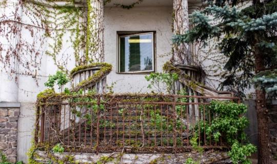 Vchod do sanatoria, určený pro veřejnost, dnes zazděný. Foto Františka Foto.