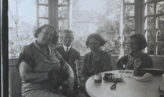 V besídce na zahradě sanatoria - zcela vlevo paní Anna Navrátilová, archiv Ing. Františka Navrátila