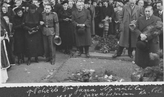 Pohřeb MUDr. Jana Navrátila - vlevo ve vojenském oblečení je MUDr. Milan Navrátil, který podpírá vdovu paní Annu