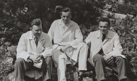 MUDr. Milan Navrátil - vpravo s kolegy v zahradě sanatoria, poznáváte-li lékaře vedle něj, ozvěte se nám