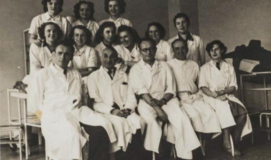 Nemocniční personál, vlevo dole MUDr. Milan Navrátil, pravděpodobně rok 1945 nebo 1946. Archiv Ing. Františka Navrátila, úprava JR