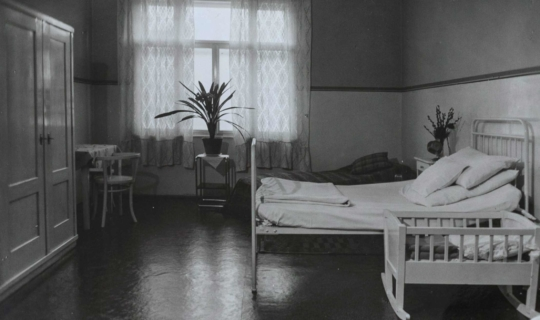 Nemocniční pokoj pro rodičku v Navrátilově sanatoriu. Archiv Ing. Františka Navrátila, úprava JR