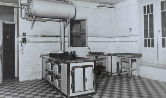Ústavní kuchyně, nacházející se v suterénu. Archiv Ing. Františka Navrátila, úprava JR