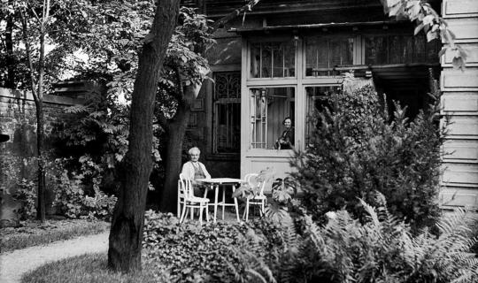 Leoš Janáček s manželkou Zdenkou na zahradě ředitelského domku v zahradě varhanické školy (1927) © Moravské zemské muzeum