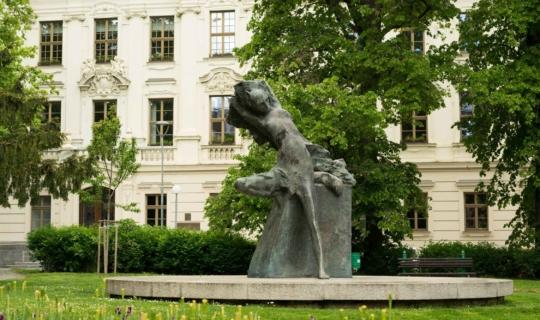 Socha lišky Bystroušky (asi nejznámější postavy Janáčkových oper) se nachází na Janáčkově náměstí, poblíž Janáčkova domku