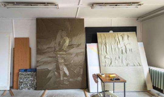 V ateliéru Natalie Perkof. Vlevo velky obraz, který Natalie popisuje v nahrávce. Foto_Jiřina Rittichová